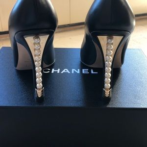 CHANEL NEVER WORN PUMPS WITH PEARL AND GOLD HEEL